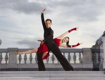 Пары танцоров танцуя бальный зал Стоковое фото RF