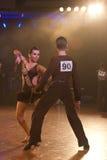 пары танцуют ювенильная латынь выполняют программу Стоковое Фото