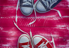 2 пары тапок на розовой предпосылке Стоковые Фотографии RF