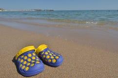 Пары тапочек на пляже моря Стоковая Фотография RF