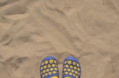 Пары тапочек пляжа на песке Стоковое фото RF