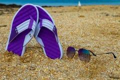 Пары темповых сальто сальто и солнечных очков на песочном море приставают к берегу Стоковое фото RF