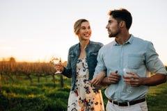 Пары тратя время совместно на винограднике Стоковое фото RF