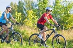 Пары тренируя совместно на велосипедах Стоковое Изображение RF