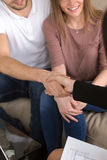 Пары тряся руки с риэлтором Недвижимость и домашнее renovati Стоковое Изображение