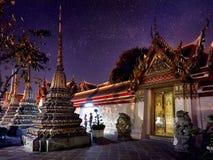 Пары туриста в Wat Pho стоковая фотография rf