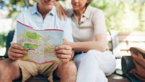 Пары туриста используя карту города Стоковая Фотография