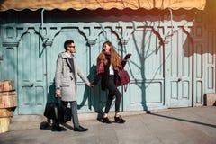Пары туристов идя вниз с улицы Стоковое Изображение