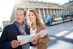 Пары туристов ища путь с картой Стоковое Изображение RF