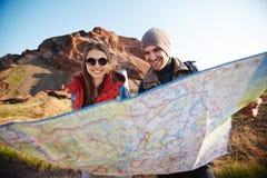 Пары туристов смотря карту Стоковая Фотография