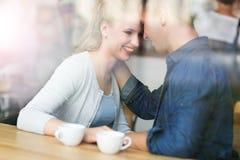 Пары увиденные через окно кафа стоковое изображение rf
