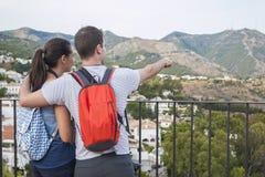 Пары указывая горы Стоковая Фотография