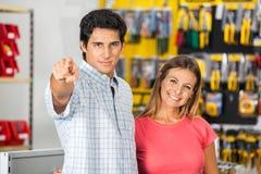Пары указывая на вас в магазине оборудования Стоковая Фотография