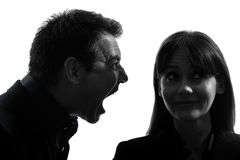 Пары укомплектовывают личным составом кричащее к силуэту женщины Стоковое Фото