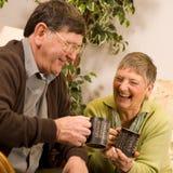 пары укомплектовывают личным составом ослабляя старшую женщину Стоковое Изображение RF