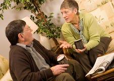 пары укомплектовывают личным составом старшую говоря женщину Стоковая Фотография RF