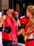 Пары укомплектовывают личным составом и бокс женщины в кольце Стоковые Фото