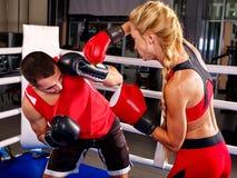 Пары укомплектовывают личным составом и бокс женщины в кольце Стоковое Фото