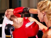 Пары укомплектовывают личным составом и бокс женщины в кольце Стоковые Фотографии RF