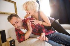 Пары укомплектовывают личным составом и женщина имея конфликт дома Стоковые Фотографии RF