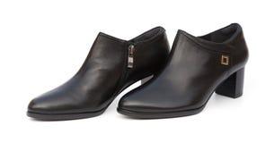 Пары ультрамодных черных ботинок для дамы на белой предпосылке Стоковые Фотографии RF
