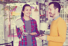 Пары думают над покупать сильную настольную лампу Стоковые Фото