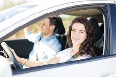 Пары управляя автомобилем на поездке Стоковое фото RF