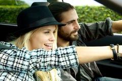 Пары управляя автомобилем восхищая природу во время отключения Стоковые Фото