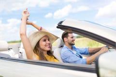 Пары управляя в автомобиле с откидным верхом Стоковая Фотография