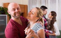 2 пары усмехаясь и двигая в медленный танец Стоковое Изображение RF