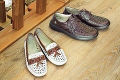2 пары удобных ботинок: для людей и для женщин Стоковое фото RF