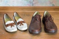 2 пары удобных ботинок: для людей и для женщин Стоковые Фотографии RF