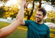 Пары фитнеса давая максимум 5 в парке Стоковые Фото