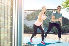 Пары фитнеса бежать outdoors Стоковые Фото
