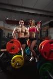 Пары фитнеса в спортзале Стоковая Фотография