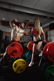 Пары фитнеса в спортзале Стоковые Изображения