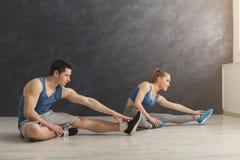 Пары фитнеса на протягивать тренировать внутри помещения Стоковые Фотографии RF