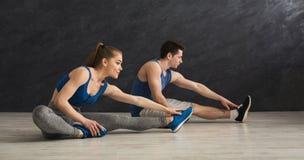 Пары фитнеса на протягивать тренировать внутри помещения Стоковое Изображение RF