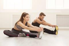 Пары фитнеса на протягивать тренировать внутри помещения Стоковое фото RF