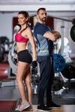 Пары фитнеса представляя в спортзале Стоковое фото RF