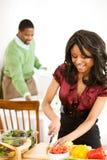 Пары: Фокус на женщине прерывая овощи Стоковое Фото