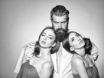 Пары фотомодели красоты фасонируйте взгляд Бородатый человек и 2 женщины Стоковые Фотографии RF
