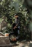 Пары хеллоуина с тыквой на усыпальнице Стоковая Фотография