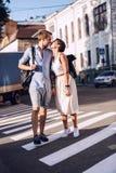 Пары хотят расцеловать на crosswalk на заходе солнца Стоковые Изображения