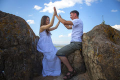 Пары целуя в горах Стоковое Изображение RF