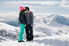 Пары целуя в снежке Стоковые Фото