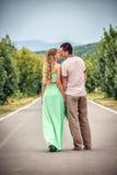 Пары целуя на переулке в городе Стоковое фото RF