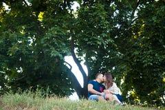 Пары целуя на холме Стоковые Фотографии RF