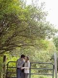пары целуя outdoors Стоковые Изображения