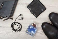 Пары черных кожаных ботинок ` s людей, кожаная сумка плеча для людей, Стоковая Фотография RF